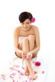 Badekurort-Frau. Attraktive junge Frau, die in einem Badekurort auf einem Weiß sich entspannt Lizenzfreies Stockfoto