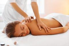 Badekurort - 7 Frau, die Massage in der Badekurortmitte genießt Stockbilder