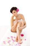 Badekurort-Frau. Schönes Mädchen nach Badekurort Tretment auf einem weißen Backgroud Stockfoto