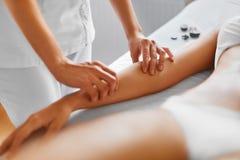 Badekurort - 7 Frauenfuß im Wasser Massage der menschlichen Hand im Badekurortsalon Lizenzfreies Stockfoto