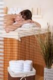 Badekurort - junger weiblicher Klient an der Wellneßmassage lizenzfreie stockfotos