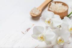 BADEKURORT-Konzept mit Tuch und Orchidee Stockfotos