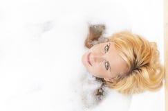 Badekurort-Konzept und Ideen Junge kaukasische blonde Frau, die entspannende Badewanne hat Lizenzfreie Stockfotografie