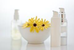 Badekurort - Kosmetik mit Blumen Stockfoto