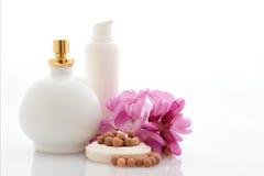 Badekurort - Kosmetik mit Blumen Stockbilder