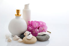 Badekurort - Kosmetik mit Blumen Lizenzfreie Stockfotos