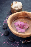 Badekurort mit Orchideen- und Zensteinen lizenzfreie stockfotos