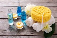 Badekurort oder Wellnesseinstellung in den blauen, gelben und weißen Farben Stockfotografie