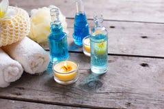 Badekurort oder Wellnesseinstellung in den blauen, gelben und weißen Farben Stockfotos