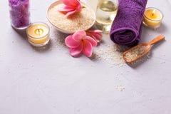 Badekurort oder Wellnesseinstellung in den gelben und violetten Farben Lizenzfreie Stockfotografie