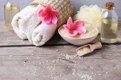 Badekurort oder Wellnesseinstellung in den rosa, gelben und weißen Farben Stockfotografie