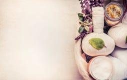 Badekurort oder Wellnesshintergrund mit Kräuterausrüstung für Massage und entspannende Behandlung lizenzfreies stockfoto