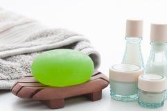 Badekurort-Paket mit Aloevera-Seife, Tuch und Lotionsflaschen Stockfotos