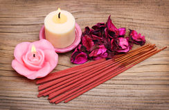 Badekurort-Satz. Brennende Kerzen mit Rosen getrockneten Blättern Stockfoto