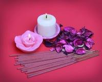 Badekurort-Satz. Brennende Kerzen mit Rosen trockneten Blätter, Räucherstäbchen Stockfoto