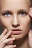 Badekurort, skincare, Verfassung. Frauengesicht mit sauberer Haut Stockbild