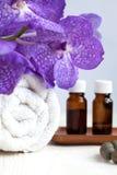 Badekurort-Stillleben mit Blume der blauen Orchidee, Tuch und aromatischen Ölen Stockfotografie
