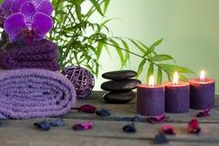 Badekurort-Stillleben mit Zensteinen und aromatischen Kerzen Lizenzfreies Stockbild