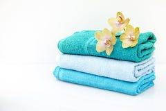 BADEKURORT-Tücher in einem Satz mit Zubehör für das Bad Stockfotografie