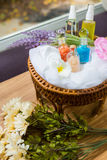 Badekurort und Massage ölen im thailändischen Korb lizenzfreies stockbild