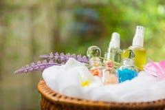 Badekurort und Massage ölen im thailändischen Korb lizenzfreie stockfotos