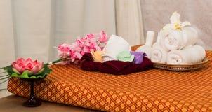 Badekurort und Massage-Einzelteil auf orange thailändisch-ähnlicher Matte lizenzfreie stockfotografie
