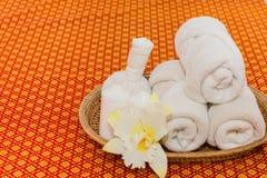 Badekurort und Massage-Einzelteil auf orange thailändisch-ähnlicher Matte stockbilder