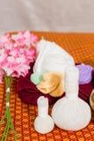Badekurort und Massage-Einzelteil auf orange thailändisch-ähnlicher Matte stockbild