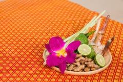 Badekurort und Massage-Einzelteil auf orange thailändisch-ähnlicher Matte lizenzfreie stockbilder