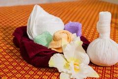 Badekurort und Massage-Einzelteil auf orange thailändisch-ähnlicher Matte stockfoto