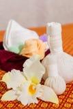 Badekurort und Massage-Einzelteil auf orange thailändisch-ähnlicher Matte lizenzfreies stockbild