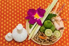 Badekurort und Massage-Einzelteil auf orange thailändisch-ähnlicher Matte lizenzfreie stockfotos