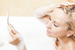 Badekurort und Wellness-Konzepte und Ideen Kaukasische blonde Frau während des Haut-Make-upprozesses Lizenzfreies Stockfoto