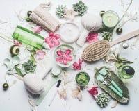 Badekurort und Wellnessebene legen Einstellung mit Blumen, kosmetische Produkte und andere der Wasserschüsselhaut Körperpflege un stockbild