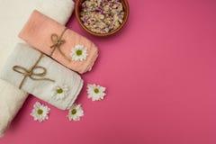 Badekurort und Wellnesseinstellung mit Blumen und Tüchern lizenzfreies stockbild