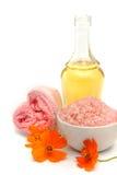 Badekurort und Wellnesseinstellung mit Seesalz, Ölwesentliches, Blumen und Lizenzfreies Stockbild