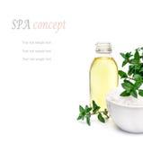 Badekurort und Wellnesseinstellung mit Seesalz, Ölwesentliches, Blumen und Lizenzfreies Stockfoto
