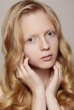 Badekurort, Wellness u. Gesundheitswesen. Schönes Mädchenbaumuster mit sauberer Haut, gelocktes blondes Haar Lizenzfreie Stockbilder