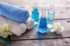 Badekurort Wellnesseinstellung in den blauen, gelben und weißen Farben Stockfotos