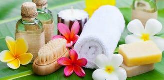 Badekurort, Wellnesseinstellung mit Blumen auf einem Palmblatt Stockbilder