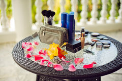 Badekurort, Wellnesseinstellung mit frischen Blumen auf einem Palmblatthintergrund Lizenzfreie Stockbilder