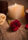 Rotrose und weiße Kerze Lizenzfreie Stockbilder