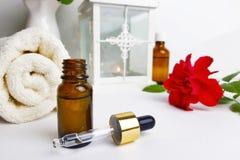 Badekurortaromatherapiekonzept mit ätherischem Öl, Tuch und Rose stockbilder