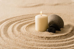 Badekurortatmosphärenkerze-Zensteine im Sand Stockfotografie