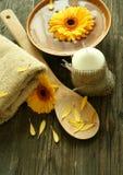 Badekurortaufbau der gerber Blumen, der Kerze und des towe lizenzfreie stockbilder