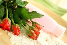 Badekurortaufbau der Rosen, des Badesalzes und der Flasche stockfoto
