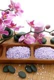 Badekurortaufbau der Steine, des Badesalzes und der Orchidee lizenzfreies stockbild