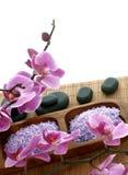 Badekurortaufbau des Badesalzes, der Steine und der Orchidee Lizenzfreies Stockfoto