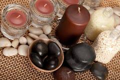 Badekurortbehandlung - Steine, Kerzen und Badsalz lizenzfreie stockbilder