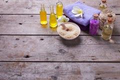 Badekurorteinstellung in den gelben und violetten Farben Lizenzfreie Stockfotos